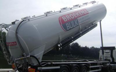 Tipped silo semi-trailer